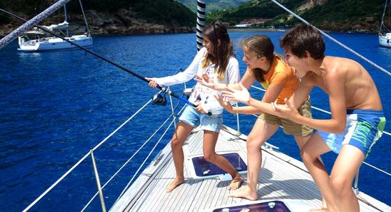 bambini-pescano-barca